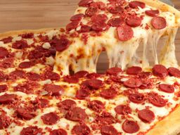 Porción de Pizza Rellena Calabresa