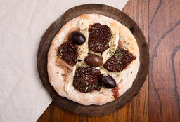 Pizzetinha de Crudo, Brie y Tomates Secos