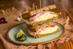 Sandwich Tostado de Lomito y Quesos