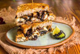 Sandwich Tostado de Hongos y Quesos