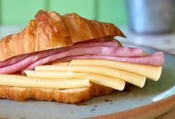 Croissant con Lomito Ahumado y Quesos