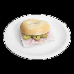 Bagel de Pastrón y Pepinillos
