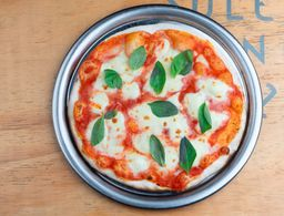 Pizza margarita y Vino Ladran Sancho