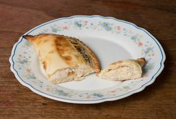 Empanada de Pollo con Salsa Blanca