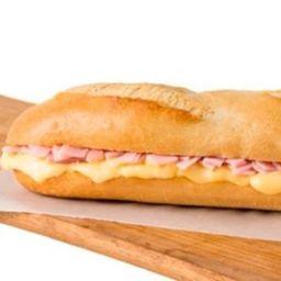 Sandwich de Jamón y Queso con Bebida.