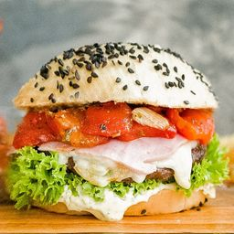 White Criolla Burger con Papas Fritas