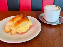 Café  & Medialuna con jamon y queso