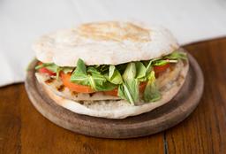 Sándwich de Pollo Asado, Tomate y Rúcula