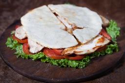 Sándwich de Pollo, Queso, Lechuga & Tomate