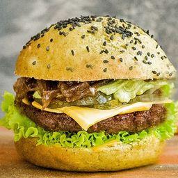 Green Avocado Burger con Papas Fritas.