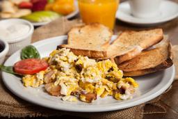 Huevos Revueltos con Bacon + Jugo de Naranja + Café o Té