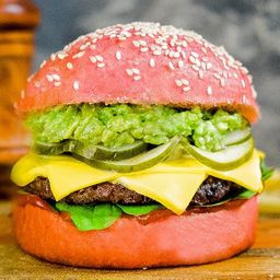Pink Butter Burger con Papas Fritas