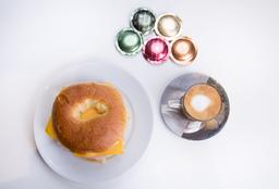 Bagel de Cheddar & Cocido + Espresso
