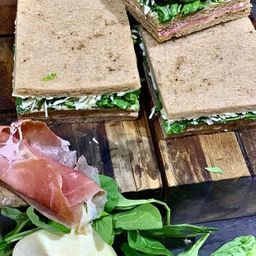 Sándwich Miga Crudo Rúcula y Parmesano