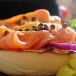 Sándwich Bagel con Salmón