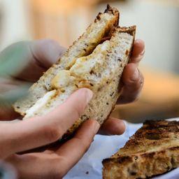 Tostado de Chutney y Mozzarella de Almendras