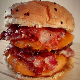 Toto Bacon & Cheddar Doble Burger