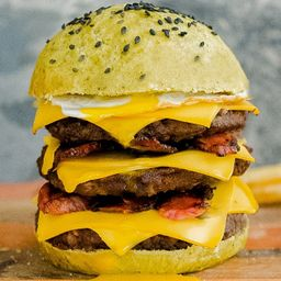 Green Triple Burger con Papas Fritas