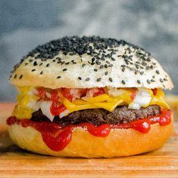 White Chesse Burger con Papas Fritas.