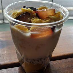 Pudding de Chia, Yogurt, Cereal y Frutas