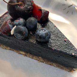 Torta de Cacao Raw con Cobertura de Frambuesas