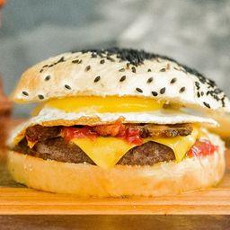 White Chesse Bacon Burger con Papas Fritas