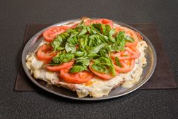 Pizzanesa Capresse de ternera con papas fritas. (Comen 4)